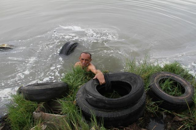 Franklin Chirinos sacan 10 cauchos diarios y los trasladan por agua para que la carga pese menos. En la zona viven unas 16 familias. Andrés Caridad / Panorama