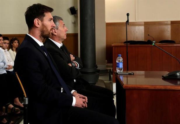 El jugador del FC Barcelona Lionel Messi y su padre, Jorge Horacio Messi (d), en la sala de la Audiencia de Barcelona durante la tercera jornada del juicio que se sigue contra ellos por tres delitos contra la Hacienda Pública, en una vista en la que el fiscal no ejerce la acusación contra el delantero, mientras la Abogacía del Estado pide 22 meses de prisión. EFE/Alberto Estévez