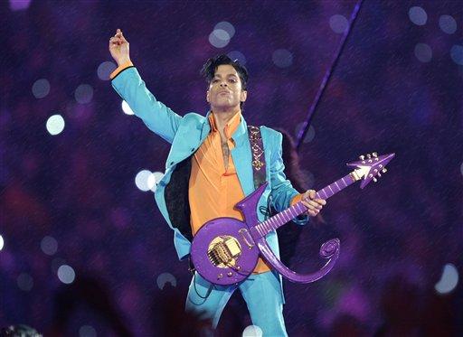 ARCHIVO - Prince durante su presentación en el espectáculo de medio tiempo del Super Bowl XLI en el Dolphin Stadium en Miami en una fotografía del 4 de febrero de 2007. Prince rompió varios récords en las listas de Billboard en la primera semana completa de ventas tras su muerte. El artista tenía cinco álbumes entre los 10 discos más vendidos de Billboard. La revista dijo que ningún artista ha tenido tantos discos al mismo tiempo en la lista. (Foto AP/Chris O'Meara, archivo)