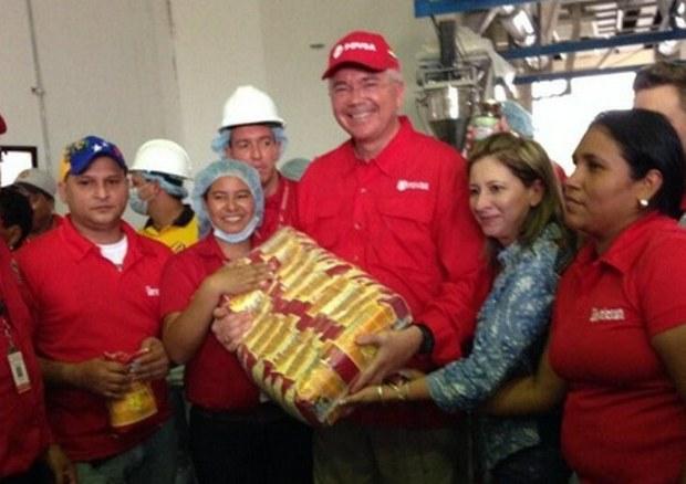 """Era el 15 de mayo de 2014. El entonces también """"jefe económico de la región oriental"""" visitaba la planta de harina de maiz Juana La Avanzadora / Foto @RRamirezPDVSA"""