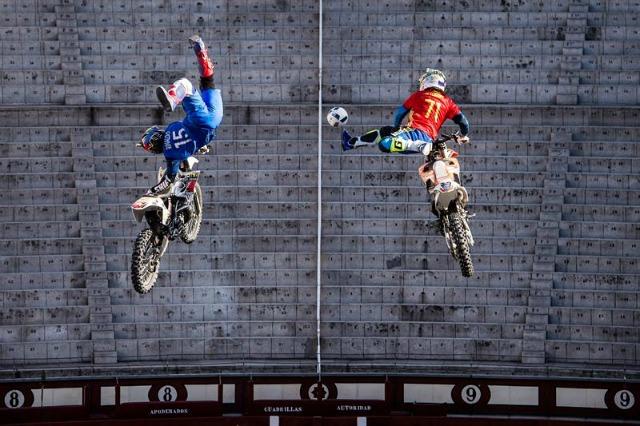 Fotografía facilitada por Global Newsroom hoy, 7 de junio de 2016, muestra al futbolista francés David Rinaldo (d) y el piloto español de freestyle motocross Dany Torres (i) golpean un balón en pleno salto durante el encuentro de fútbol FMX en la plaza de toros de Las Ventas en Madrid, España, ayer 6 de junio, para anunciar el 15 aniversario de Red Bull X Fighters que tendrá lugar el próximo 24 de junio. EFE/Joerg Mitter/Global Newsroom/Han