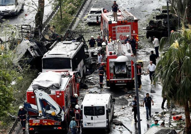 Policías inspeccionan el lugar donde se ha producido un atentado en Estambul (Turquía) hoy, 7 de junio de 2016. Al menos 11 personas han muerto y 36 han resultado heridas al estallar hoy un coche bomba al paso de un autobús policial en el centro histórico de Estambul, informó hoy el gobernador de la ciudad, Vasif Sahin. El atentado se produjo a las 08.40 horas cuando el vehículo con los agentes circulaba cerca de una parada pública de autobuses en el barrio de Beyazit Vezneciler, próximo a una universidad y a lugares turísticos en la parte europea de la metrópoli. EFE/Sedat Suna