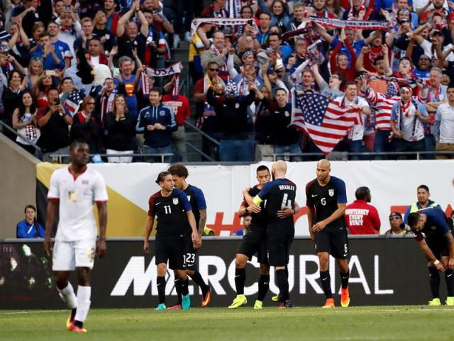 Jugadores estadounidenses celebran después de anotar un gol hoy, martes 7 de junio de 2016, durante un partido por el Grupo A de la Copa América entre Estados Unidos y Costa Rica, en el estadio Soldier Field de Chicago, Illinois (EE.UU.). EFE