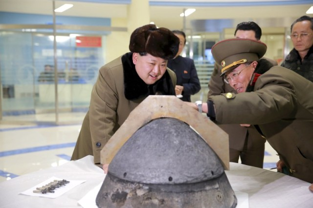 El líder norcoreano Kim Jong Un mira una ojiva tras una prueba simulada de un misil balístico, en Pyongyang, Corea del Norte. 15 de marzo de 2016. Corea del Norte reinició su producción de combustible de plutonio, dijo el martes un alto funcionario del Departamento de Estado estadounidense, una indicación de que pretende seguir adelante con su programa de armas nucleares desafiando las sanciones internacionales. REUTERS/KCNA/Files