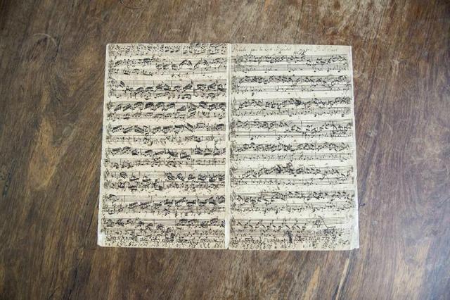 Detalle de un manuscrito del compositor Johann Sebastian Bach en la casa de subastas Christie's en Hamburgo, Alemania, hoy, 7 de junio de 2016. La partitura será subastada el próximo 13 de junio en Londres, con un valor estimado de entre 1,5 a 2 millones de libras (2,2, a 2,9 millones de dólares). EFE/Daniel Reinhardt