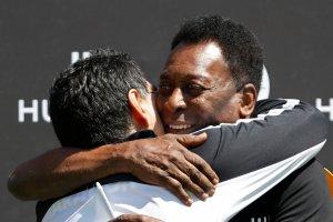 Pelé le desea una rápida recuperación a Maradona tras su operación