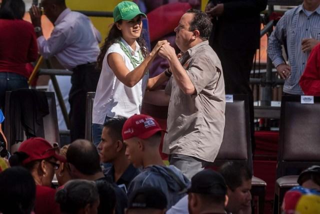 CAR14. CARACAS (VENEZUELA), 08/06/2016.- El ministro venezolano para la Alimentación, Rodolfo Marcos Torres (d), baila con la ministra para la Agricultura Urbana, Lorena Freitez (i), durante una concentración de apoyo a los Comités Locales de Abastecimiento y Producción (CLAP) hoy, miércoles 8 de junio de 2016, en el Palacio de Miraflores, en Caracas (Venezuela). Varias decenas de chavistas marcharon hoy en Caracas en apoyo a los llamados Comités Locales de Abastecimiento y Producción (CLAP), creados por el Gobierno de Nicolás Maduro para distribuir los productos básicos que han desaparecido de los comercios, un sistema que ha sido criticado por la oposición. EFE/Miguel Gutiérrez