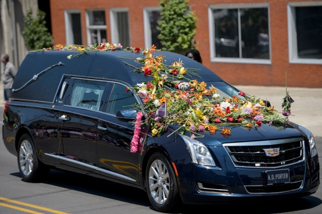 The hearse with the remains of boxing legend Muhammad Ali travels to Cave Hill Cemetery June 10, 2016 in Louisville, Kentucky. Thousands of people from near and far were expected to line the streets of Muhammad Ali's hometown Louisville on Friday to say goodbye to the boxing legend and civil rights hero, who mesmerized the world with his dazzling skills. / AFP PHOTO / Brendan Smialowski