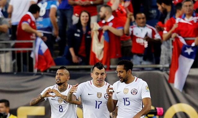 Arturo Vidal (i) de Chile celebra con Gary Medel (c) y Jean Beausejour (d) su gol contra Bolivia hoy, viernes 10 de junio de 2016, en un partido del grupo D de la Copa América Centenario en el estadio Gillete de Foxborough (Estados Unidos). EFE