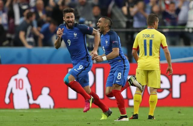 Dimitri Payet celebra después de marcar su gol con Olivier Giroud ante Rumanía. Foto: REUTERS/Lee Smith