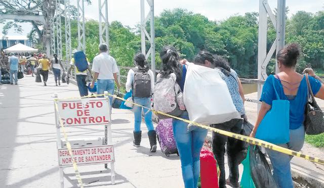 Los usuarios del puente transitan, en completa calma, con las bolsas de mercado y otros artículos adquiridos en Puerto Santander. Se teme que una situación descontrolada como la del domingo se repita este fin de semana