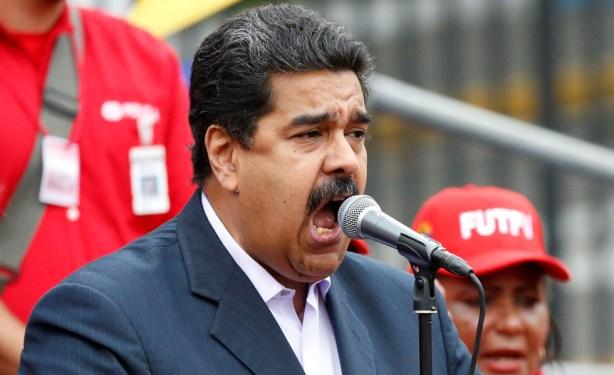 Nicolás Maduro se dirige a los trabajadores petroleros hoy en un mitin en el Palacio de Miraflores / REUTERS/Carlos Garcia Rawlins