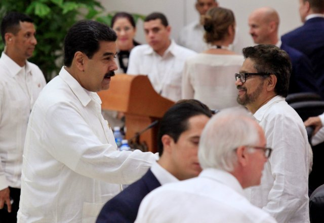 Venezuela's President Nicolas Maduro (L) talks to Revolutionary Armed Forces of Colombia (FARC) lead negotiator Ivan Marquez (R) after the signing of a historic ceasefire deal between the Colombian government and FARC rebels in Havana, Cuba, June 23, 2016. REUTERS/Enrique de la Osa