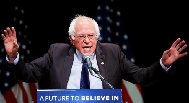 El candidato a la presidencia de Estados Unidos por el partido demócrata Bernie Sanders habla durante un evento en el Town Hall en Nueva York (Estados Unidos). EFE