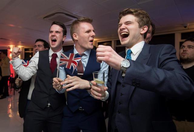 """Un grupo de personas, a favor de la salida del Reino Unido de la Unión Europea, reacciona ante los resultados de un conteo de votos del referendo durante un """"Leave.EU Referendum Party"""" hoy, jueves 23 de junio de 2016, en Londres (Reino Unido). EFE"""