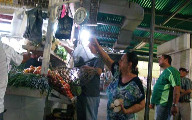 Los marabinos señala que el salario no les alcanza para cubrir las trtes comidas en sus hogares. (Foto: Carlos Sosa)