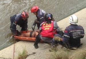 Se robó un celular, lo desnudaron y se lanzó al Guaire… Así fue su rescate (Fotos)