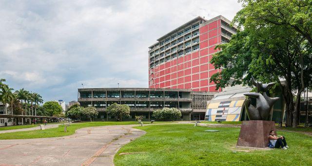 Biblioteca de la UCV, en Ciudad Universitaria de Caracas, una de las obras más importantes del arquitecto Carlos Raúl Villanueva