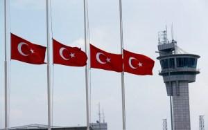 Los ciudadanos de Estambul se aglomeran en los colegios electorales