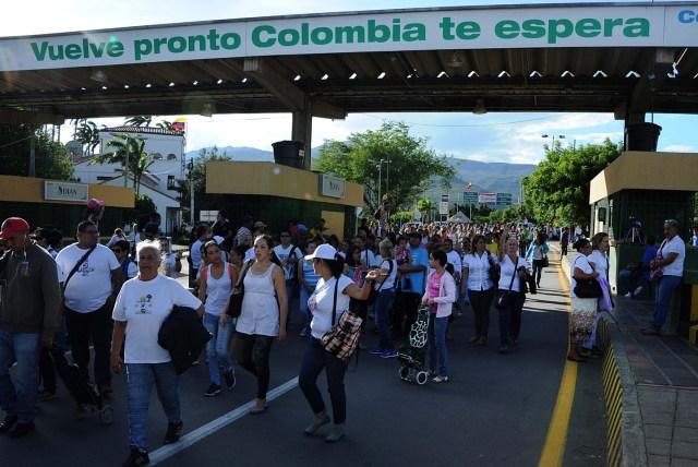 """CAR07- SAN ANTONIO DEL TÁCHIRA (VENEZUELA) 10/07/2016.- Varias personas caminan por el puente fronterizo """"Simón Bolívar"""" entre Colombia y Venezuela, hoy domingo 10 de julio de 2016, en la ciudad de San Antonio del Táchira (Venezuela). Centenares de venezolanos cruzaron hoy la frontera con Colombia, abierta durante doce horas por el Gobierno de Caracas para que sus ciudadanos puedan pasar a la localidad de Cúcuta a comprar alimentos y medicinas. EFE/GABRIEL BARRERA"""