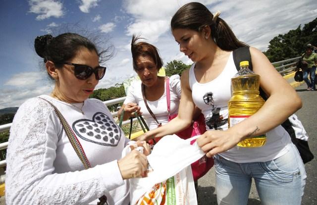 CUC13- CÚCUTA (COLOMBIA) 10/07/2016.- Venezolanos regresan a su lugar de origen tras realizar compras en supermercados hoy, domingo 10 de julio de 2016, en Cúcuta, Colombia. Miles de venezolanos, unos 25.000 según las autoridades locales, cruzaron hoy la frontera, abierta por doce horas por el Gobierno de Venezuela para que sus ciudadanos puedan pasar a la ciudad de Cúcuta a comprar alimentos y medicinas. EFE/SCHNEYDER MENDOZA