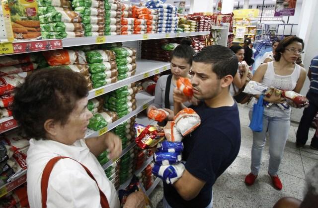 CUC09- CÚCUTA (COLOMBIA) 10/07/2016.- Venezolanos realizan compras en un supermercado hoy, domingo 10 de julio de 2016, en Cúcuta, Colombia. Miles de venezolanos, unos 25.000 según las autoridades locales, cruzaron hoy la frontera, abierta por doce horas por el Gobierno de Venezuela para que sus ciudadanos puedan pasar a la ciudad de Cúcuta a comprar alimentos y medicinas. EFE/SCHNEYDER MENDOZA