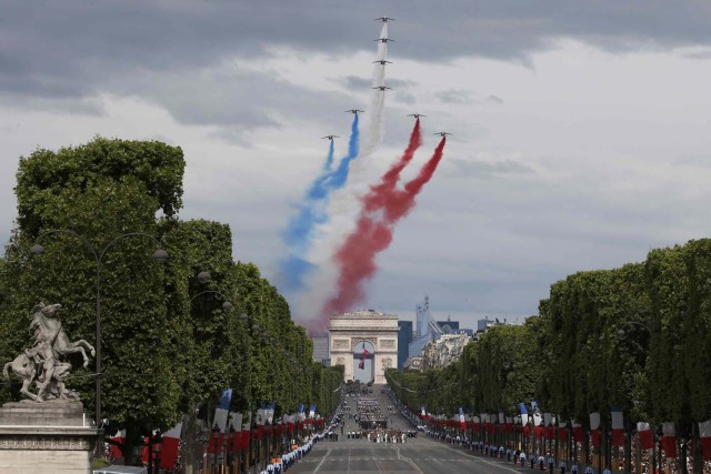 Alpha jets from the Patrouille de France fly in an 'Eiffel Tower' formation over the Champs Elysees at the start of the traditional Bastille Day military parade in Paris, France, July 14, 2016.  REUTERS/Benoit Tessier    TPX IMAGES OF THE DAY