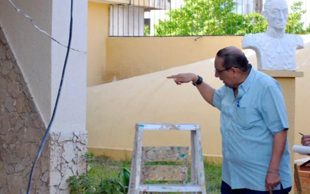 En la grafica Gualberto Mas y Rubi, presidente del Sindicato Unitario del Magisterio Zuliano (SUMA). El mismo denuncia que antisociales de la zona se meten en la sede del sindicato a robar los cables de la electricidad e insumos. Foto: La Verdad del Zulia