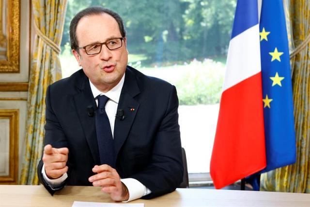 El presidente francés, François Hollande, durante una entrevista televisada con motivo del Día de la Bastilla en el palacio del Elíseo en París, Francia, el 14 de julio de 2016. Foto: EFE