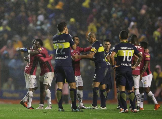 Los jugadores de Independiente del Valle festejan su pase a la final tras vencer a Boca Juniors 3 por 2, durante el partido de vuelta de las semifinales de la Copa Libertadores en el estadio La Bombonera de Buenos Aires. Foto: EFE