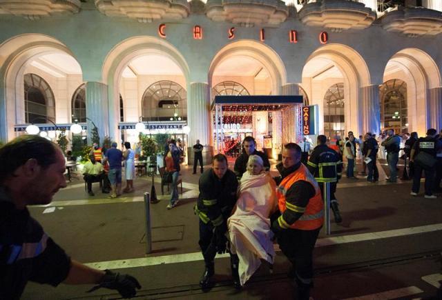 Heridos son evacuados del lugar en donde un camión chocó contra la multitud durante las celebraciones del Día de la Bastilla en Niza, Francia. Foto: EFE