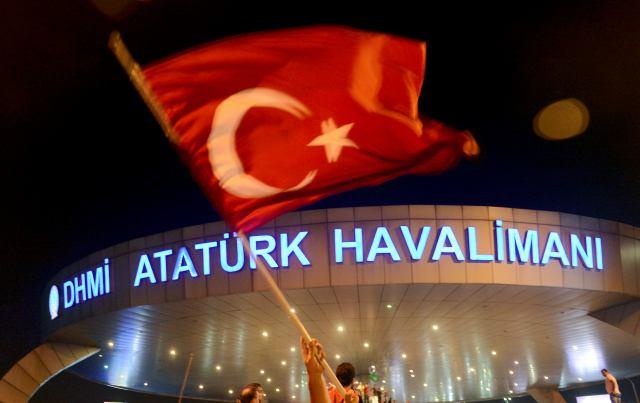 Un hombre ondea la bandera turca en el aeropuerto de Atatürk en Estambul. Foto: Reuters