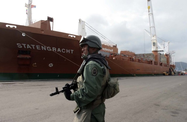 """ARCHIVO - En esta imagen de archivo del 21 de marzo de 2009, un soldado patrulla en un muelle de Puerto Cabello, Venezuela, después de que el entonces presidente Hugo Chávez ordenara al personal y los navíos de la Marina que tomaran el control de los dos mayores puertos del país, Puerto Cabello y Maracaibo. El presidente Nicolás Maduro encargó en julio de 2016 al ministro de Defensa, el general Vladimir Padrino, que liderase la llamada """"Gran misión de abastecimiento soberano"""". El objetivo es aumentar la producción y garantizar una distribución fluida de alimentos ante lo que Maduro considera un sabotaje económico por parte de sus opositores. (AP Foto/Howard Yanes, Archivo)"""
