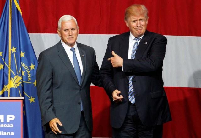 El precandidato presidencial republicano Donald Trump (a la derecha en la imagen) junto al gobernador de Indiana, Mike Pence, en un evento de campaña en Westfield, EEUU, jul 12, 2016. Trump dijo el viernes que escogió al gobernador de Indiana, Mike Pence, para que lo acompañe como aspirante a vicepresidente en su carrera por la Casa Blanca, una decisión que podría ayudar a unificar un partido dividido tras la figura del magnate.  REUTERS/John Sommers II/File Photo