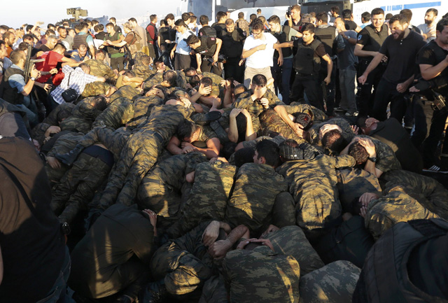 Surrendered Turkish soldiers who were involved in the coup are surrounded by people on Bosphorus bridge in Istanbul, Turkey, July 16, 2016. REUTERS/Stringer EDITORIAL USE ONLY. NO RESALES. NO ARCHIVES.
