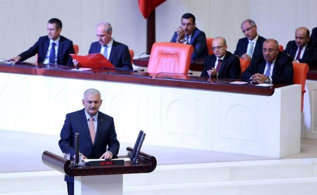 """El primer ministro turco, Binali Yildirim (delantero) se dirige a los legisladores en una asamblea extraordinaria en el Parlamento de Turquía, en Ankara, Turquía, 16 de julio de 2016. Según los informes, el primer ministro turco Yildirim dijo que el ejército turco estaba involucrado en un intento de golpe de Estado. El ejército turco afirmó por su parte que había tomado el control. Según informes de prensa, el presidente turco, Recep Tayyip Erdogan, ha denunciado el intento de golpe como un """"acto de traición 'y ha insistido en que su gobierno sigue siendo responsable. Algunos 104 golpistas fueron asesinados, 90 personas - 41 de ellos policías y 47 son civiles - 'cayó martrys', después de un intento de derribar el gobierno turco, el jefe del ejército general actuando Umit Dundar dijo en una aparición televisiva. EFE"""