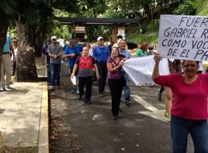 Vecinos de Santa Fe exigen respuesta a Automercado El Patio (Fotos)