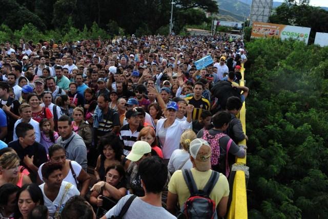 CAR01. SAN ANTONIO DEL TÁCHIRA (VENEZUELA), 17/07/2016.- Ciudadanos venezolanos cruzan hoy, domingo 17 de julio de 2016, el puente fronterizo Simón Bolívar hoy, domingo 17 de julio de 2016, en San Antonio del Táchira (Venezuela). Unos 35.000 venezolanos cruzaron a primera hora de hoy a Colombia a través de tres puentes internacionales para comprar víveres, artículos de primera necesidad y medicamentos, en una nueva jornada de apertura temporal en la frontera, informaron fuentes oficiales. EFE/Gabriel Barrero