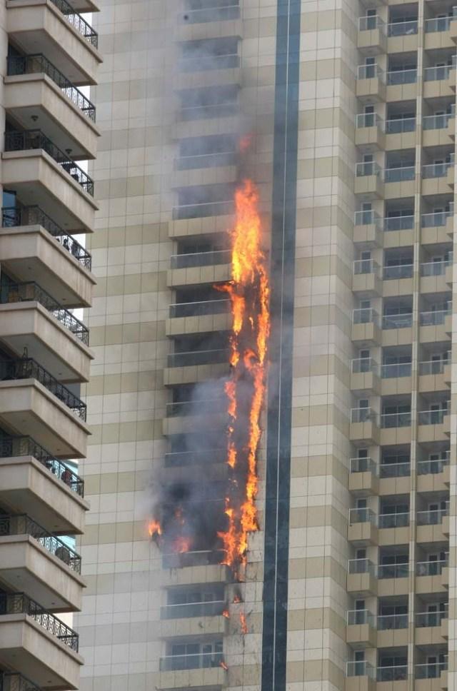 2016-07-20T124709Z_345087115_S1AETQQYUFAB_RTRMADP_3_EMIRATES-FIRE