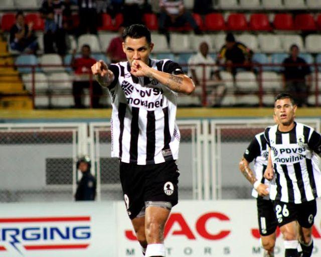 Richard Blanco celebra su gol ante Llaneros. Foto: Prensa Zamora FC