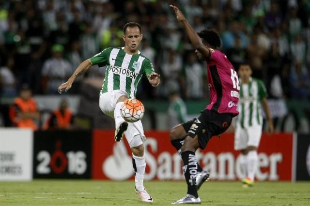 El jugador de Atlético Nacional Alejandro Guerra (i) disputan el balón con Jeferson Orejuela (d) de Independiente del Valle hoy, miércoles 27 de julio de 2016, durante la final de Copa Libertadores en el estadio Atanasio Girardot de la ciudad de Medellín. Foto: EFE