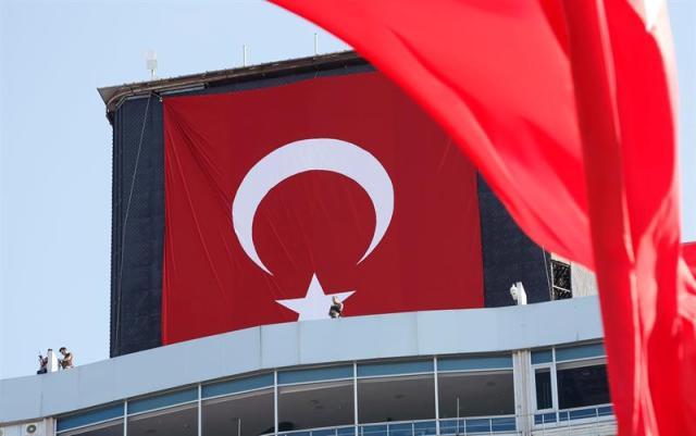Hombres armados vigilan los partidarios del opositor Partido Público República (CHP) gritando consignas y con banderas turcas y fotos de Ataturk , fundador de la Turquía moderna , durante una manifestación contra el golpe de estado en la plaza de Taksim , en Estambul, Turquía. Foto: EFE