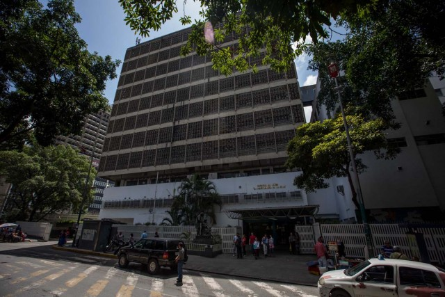 """ACOMPAÑA CRÓNICA: VENEZUELA MALNUTRICIÓN. CAR02. CARACAS (VENEZUELA), 27/07/2016.- Fotografía del edificio del hospital infantil """"Dr. José Manuel de Los Ríos"""", el 18 de julio de 2016, en Caracas (Venezuela). El desabastecimiento en Venezuela ha provocado un aumento de la malnutrición infantil, un problema que siempre ha enfrentado el país caribeño pero que ahora se ha agravado por la falta de fórmulas lácteas y alimentos con proteínas. EFE/Miguel Gutiérrez"""