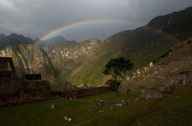 LIM05 CUSCO (PERÚ) 01/07/04 .- Vista panorámica de la ciudadela incaica de Machu Picchu, ubicada a 130 kilómetros al noroeste del Cuzco. Considerdo uno de los lugares turísticos más atractivos del mundo corre el peligro de ser considerada por la UNESCO como patrimonio en peligro, por los graves daños que le ha ocasionado el pueblo de Aguas Calientes (o Machu Picchu pueblo) situado en sus faldas. EFE/Paolo Aguilar