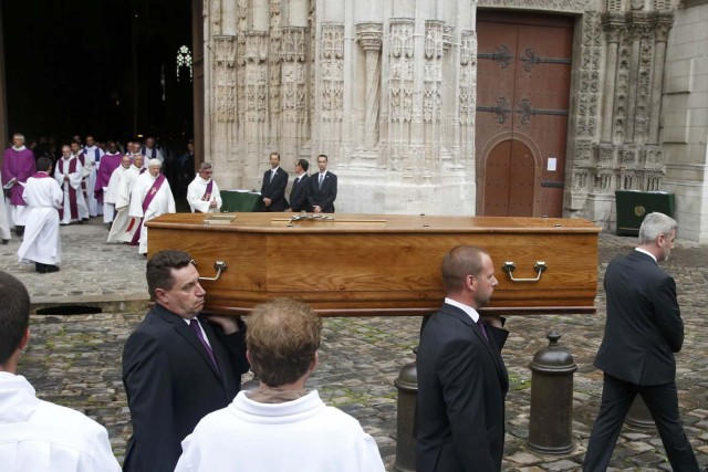 Pallbearers carry the coffin of slain French parish priest Father Jacques Hamel after a funeral ceremony at the Cathedral in Rouen, France, August 2, 2016.  Father Jacques Hamel was killed last week in an attack on a church at Saint-Etienne-du-Rouvray near Rouen that was carried out by assailants linked to Islamic State.     REUTERS/Jacky Naegelen