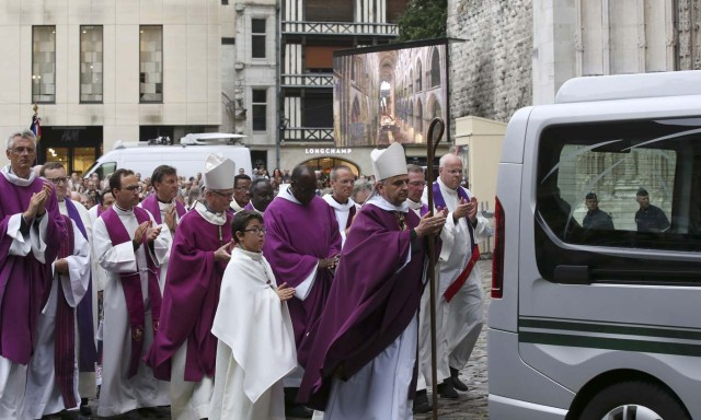 Archbishop of Rouen and Primate of Normandy Mgr Dominique Lebrun (R) leads priests behind the hearse carrying the coffin of slain French parish priest Father Jacques Hamel after a funeral ceremony at the Cathedral in Rouen, France, August 2, 2016.  Father Jacques Hamel was killed last week in an attack on a church at Saint-Etienne-du-Rouvray near Rouen that was carried out by assailants linked to Islamic State.     REUTERS/Jacky Naegelen