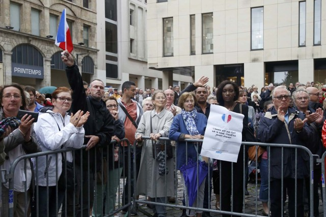 Mourners applaud outside the Cathedral in Rouen after a funeral service in memory of slain French parish priest Father Jacques Hamel in Rouen, France, August 2, 2016.  Father Jacques Hamel was killed last week in an attack on a church at Saint-Etienne-du-Rouvray near Rouen that was carried out by assailants linked to Islamic State.   REUTERS/Jacky Naegelen