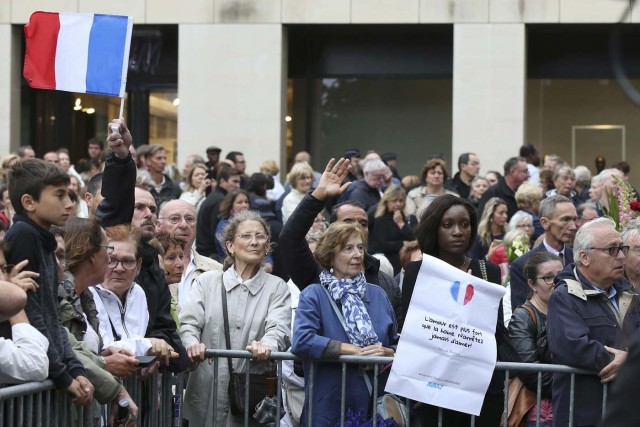 Mourners react outside the Cathedral in Rouen after a funeral service in memory of slain French parish priest Father Jacques Hamel in Rouen, France, August 2, 2016.  Father Jacques Hamel was killed last week in an attack on a church at Saint-Etienne-du-Rouvray near Rouen that was carried out by assailants linked to Islamic State.   REUTERS/Jacky Naegelen