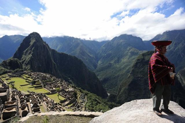 LIM09. CUSCO (PERÚ), 07/07/2011.- Un cusqueño asiste hoy, jueves 7 de julio de 2011, a la ceremonia de homenaje por el centenario de la localización de Machu Picchu, Cusco, (Perú). Al acto asistieron representantes de los cuatro suyos (territorios) del Imperio Inca y el presidente del Perú, Alan García. EFE/Raúl García