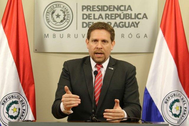 Eddie Jara, presidente de Petropar de Paraguay, habla durante una conferencia de prensa en la residencia presidencial paraguaya (Foto EFE)